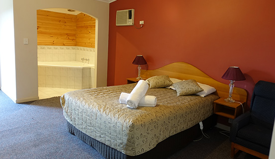 deluxe-suite-with-spa-bath